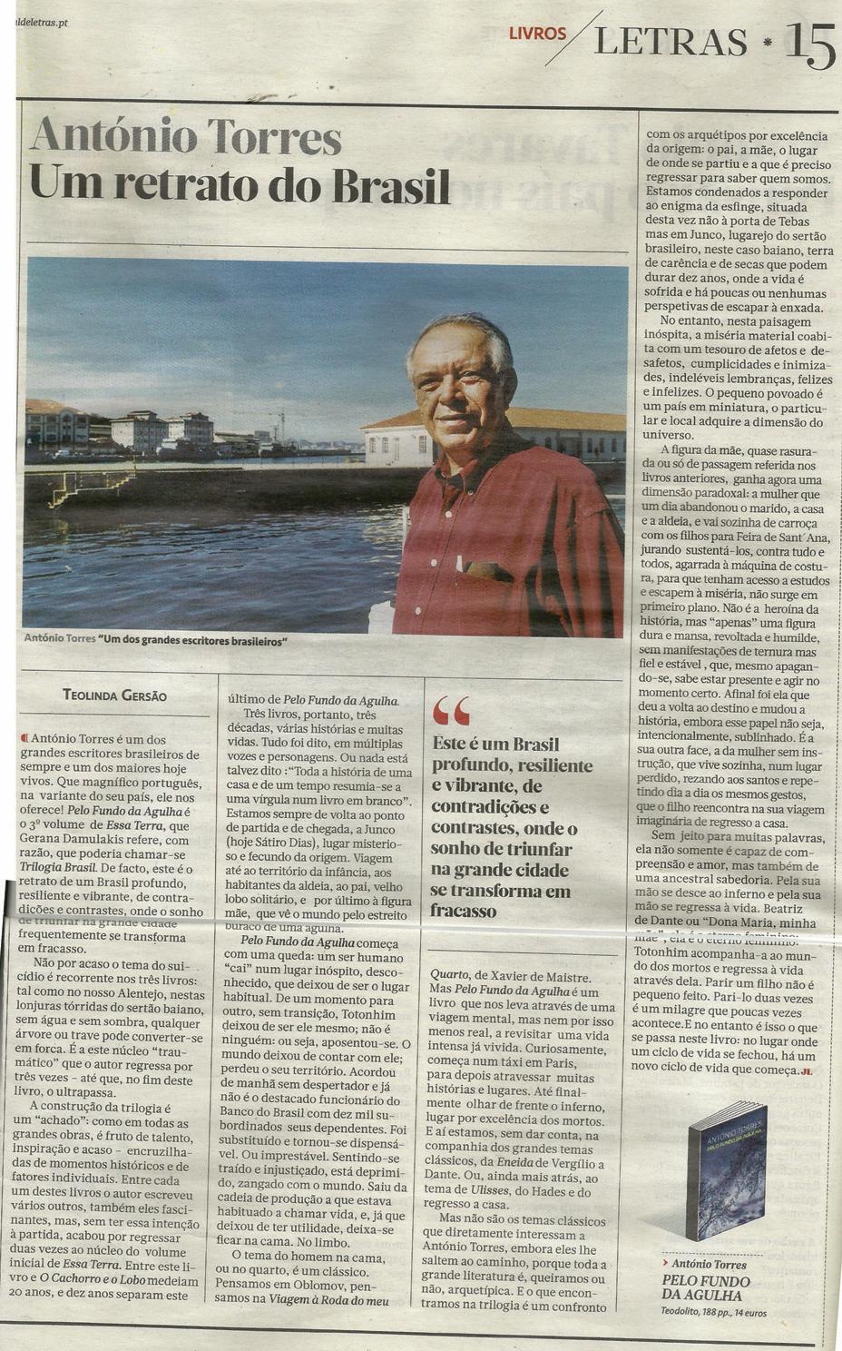 Página digitalizada com a resenha. Em uma foto abaixo do título vê-se Antônio Torres com uma camisa social vermelha. Ao fundo um porto com uma construção colonial e, mais ao fundo, alguns prédios antigos baixos.